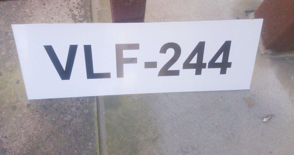 paadi või jahi parkimise kohta tähistav silt, jahi registeeerimisnumbriga