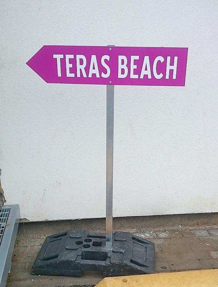 Teras Beach suunaviit jala otsas ja kummist raskusega.