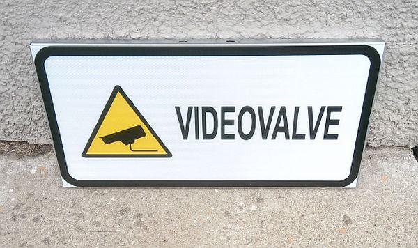 videovalve helkur kleebisega ja plekist alusel