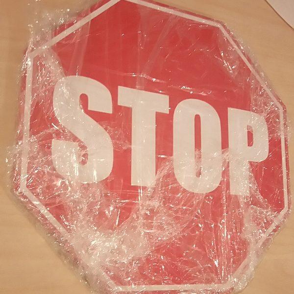 Stop märk tõkkepuude külge